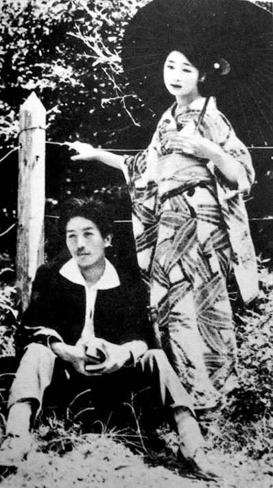 竹久夢二(左)とモデル兼愛人であったお葉(右)